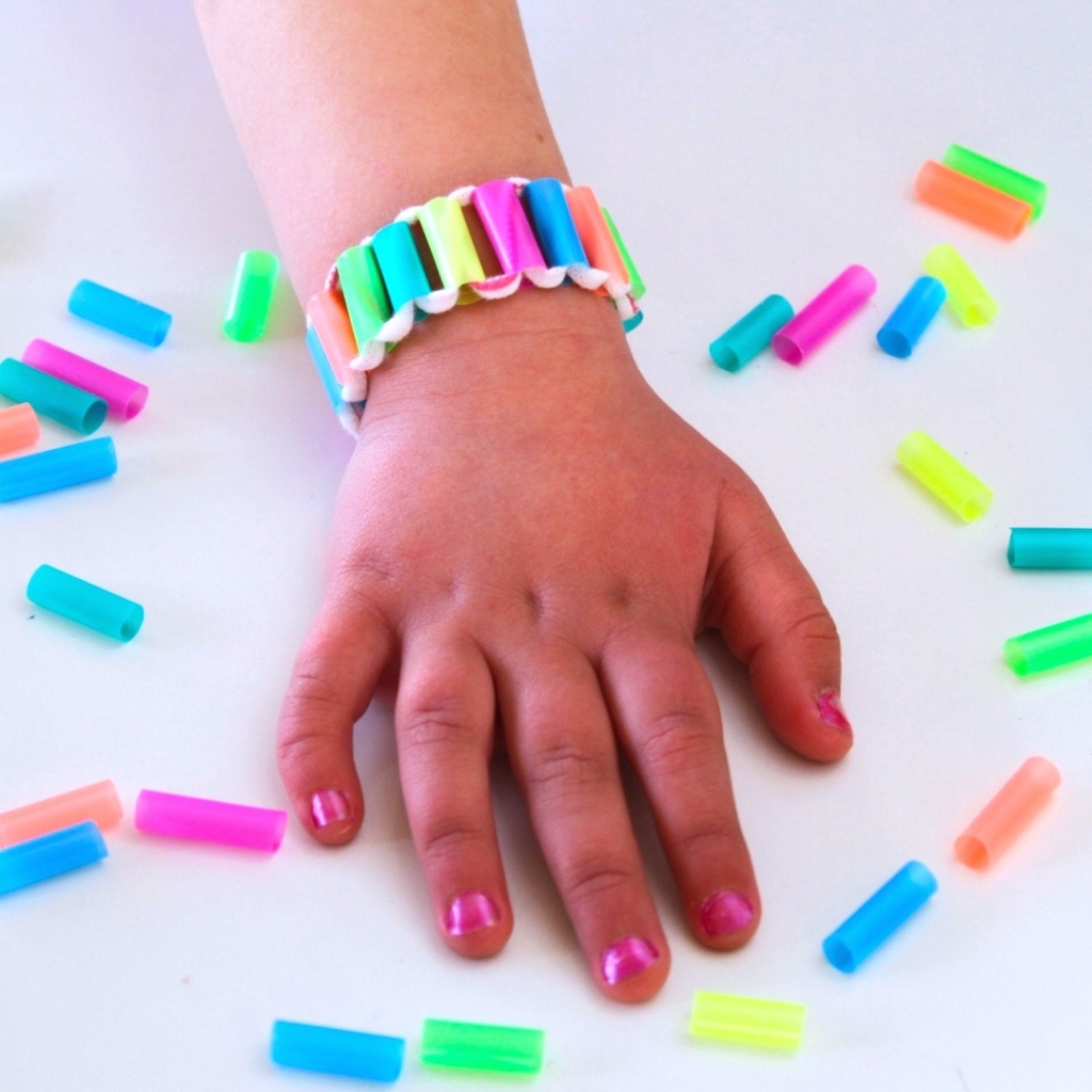 Drinking straw bracelet make film play - Things made out of straws ...
