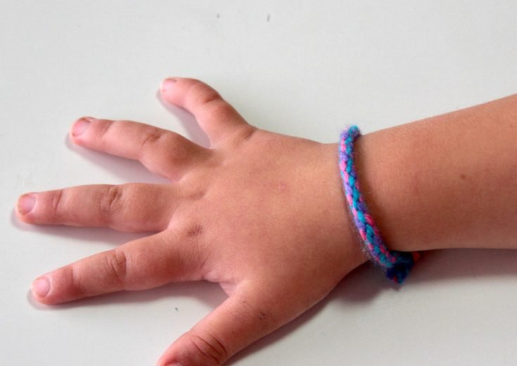 how-to-make-a-friendship-bracelet-with-a-cardboard-loom-001